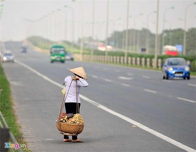 Giao thông ở một trong những tuyến cao tốc hiện đại nhất cả nước không khác gì 'đường làng, ngõ xóm'.