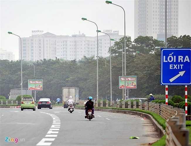 Theo chiều từ Hòa Lạc về trung tâm thành phố Hà Nội các phương tiện vi phạm đều chủ động thoát ra khỏi cao tốc phía trước hầm tại Trung tâm hội nghị Quốc gia Mỹ Đình để tránh lực lượng CSGT đội số 11 (khu vực Phạm Hùng - Khuất Duy Tiến).