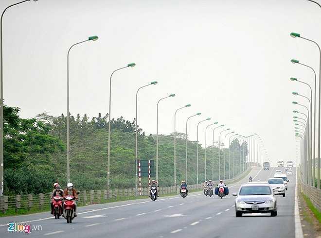 Theo trung tá Hà Văn Tuân - Đội trưởng đội CSGT số 11 (Công an TP Hà Nội), vấn đề người đi xe máy đi vào làn đường ôtô nằm ở ý thức của người tham gia giao thông. Mặc dù đơn vị hàng ngày vẫn tuần tra kiểm soát nhưng tại nhiều điểm gom vào làn cao tốc, các phương tiện nhân lúc lực lượng chức năng không túc trực đã di chuyển thật nhanh vào làn.