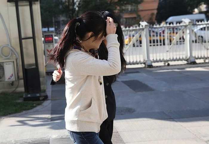 Lạc Phi trên đường tới phiên tòa hôm 7/11/2013