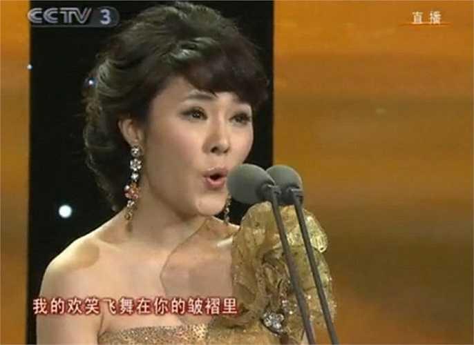 Theo China Daily, ông Trương nói ông đã cung cấp cho Lạc Phi mức lương hàng tháng, mua cho cô một chiếc xe hơi và nhiều đồng hồ đắt tiền