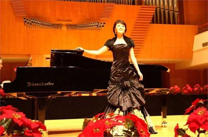 Nữ ca sỹ Lạc Phi xinh đẹp đã giúp ông Trương nhận khoản hối lộ trị giá 1,98 triệu nhân dân tệ