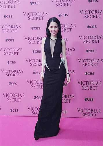 'Nữ hoàng nội y' tạo dáng trên thảm hồng của Victoria's Secret 2014