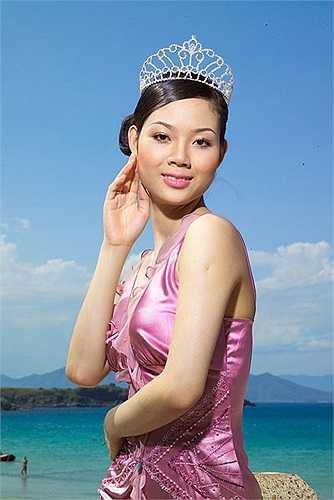 Phạm Thị Mai Phương: Người đẹp đất Cảng đã có những cột mốc đáng nhớ ở tuổi 17 khi cô đăng quang Hoa hậu Việt Nam 2002, đồng thời trở thành người Việt đầu tiên tham dự cuộc thi Hoa hậu Thế giới và lọt vào top 15 người đẹp nhất. Khác với các hoa hậu khác, Mai Phương không chọn con đường tham gia vào showbiz để tiến thân. Thay vào đó, cô chọn cách sống lặng lẽ để học xong THPT. Tốt nghiệp lớp 12, cô đi du học ngành Quản trị kinh doanh ở Anh, sau đó, cô trở về nước và làm việc tại quê nhà. Năm 20