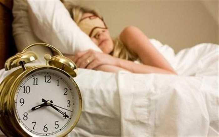 1. Ngủ dưới 6 tiếng/ngày: Những người cảm thấy ổn khi chỉ dành 6 tiếng một ngày để ngủ thường có nguy cơ mắc các vấn đề về sức khỏe như đột quỵ, tiểu đường, tổn thương về xương và tim… lớn hơn những người ngủ đủ 8 tiếng.
