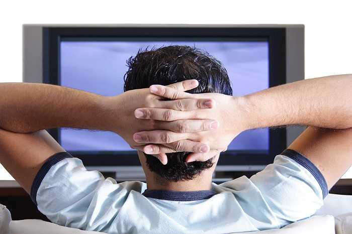 11. Xem ti vi trước khi đi ngủ đã trở thành thói quen nhưng xem tivi vào ban đêm không phải là cách hay để giúp bạn dễ ngủ. Chưa kể ánh sáng màu xanh phát ra từ màn hình tivi sẽ khiến bộ não của bạn phải suy nghĩ và bạn càng tỉnh táo hơn. Các chuyên gia tin rằng bạn nên tắt tất cả thiết bị điện tử ít nhất một giờ trước khi đi ngủ.