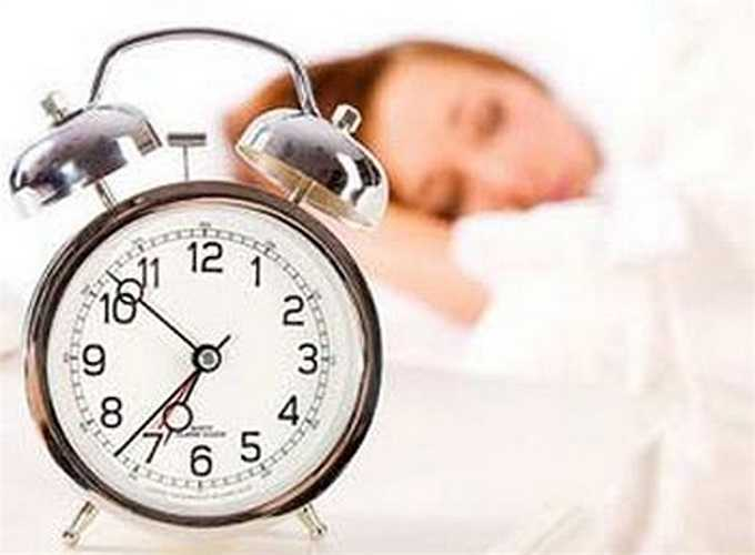 12. 'Ngủ nướng': Bạn nghĩ rằng việc 'ngủ nướng' thêm 5 phút là vô cùng hữu ích nhưng thực ra, bắt cơ thể tiếp tục ngủ khi đã bị đánh thức là điều vô ích. Chu kỳ giấc ngủ tự nhiên của bạn bị gián đoạn nên 5 phút 'ngủ nướng' không phải là thời gian ngủ chất lượng.