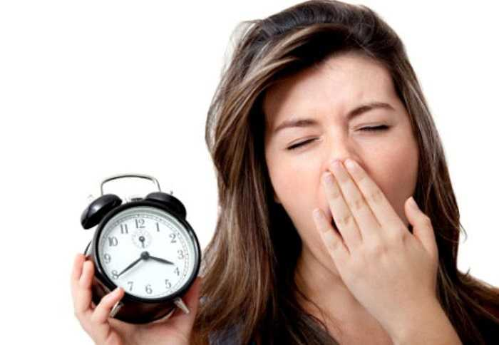 14. Ngủ trong phòng quá nóng: Nhiệt độ quá cao trong phòng có thể gây rối loạn quá trình trao đổi chất của cơ thể. Khí nóng khi hít vào có thể gây tổn thương niêm mạc mũi. Không khí nóng cũng là môi trường thuận lợi cho các vi sinh vật sinh sôi và phát triển nên dễ gây cảm cúm.