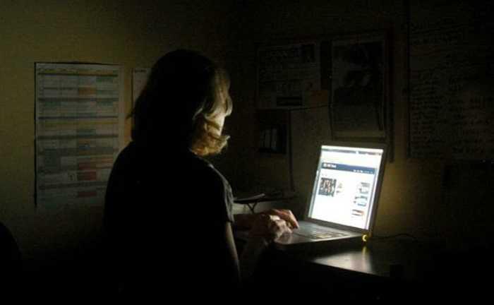 17. Dùng máy tính quá khuya: Ánh sáng từ màn hình máy tính sẽ kích thích não bộ của bạn và bạn sẽ không thôi bận tâm về những việc cần làm ngay cả khi đã tắt máy. Tốt nhất, đừng bao giờ mang công việc về nhà và hãy để đầu óc nghỉ ngơi, thư giãn thật thoải mái trước khi chìm vào giấc ngủ.