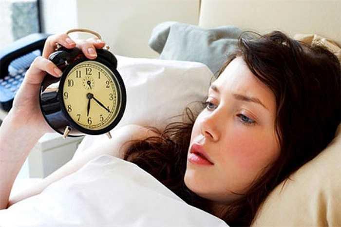 3.Thiếu ngủ và ngủ bù vào cuối tuần: Tuy nhiên trong dài hạn những tác động của việc thiếu ngủ triền miên vẫn không hề giảm bớt. Có những vấn đề sức khỏe sẽ trở nên tồi tệ chỉ cần bạn thiếu ngủ một đêm.