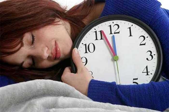 4. Không ngủ trưa: Ngủ trưa chính là cách bù trừ thời gian thiếu ngủ hiệu quả. Sau khi được nghỉ trưa, mọi người đều làm việc tốt hơn và giải quyết những công việc đầu óc nhanh hơn. Ngủ trưa còn rèn cho bản khả năng buồn ngủ nhanh.