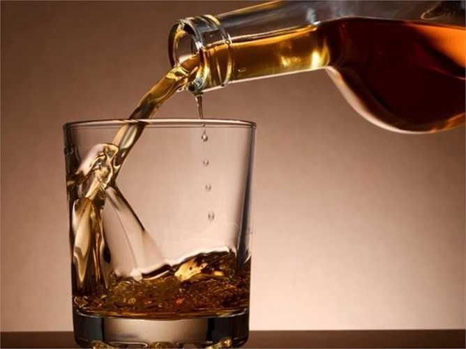 6. Uống rượu: Theo tiến sĩ Grandner, trong lúc bạn ngủ, cơ thể phải xử lý lượng rượu và nó khiến cơ thể bạn bị kích thích và không được nghỉ ngơi. Điều này khiến giấc ngủ của bạn chập chờn và cơ thể mỏi nhừ vào sáng hôm sau.