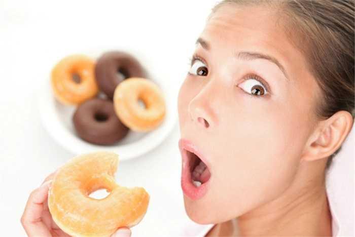 7. Ăn tối quá no: Nếu ăn bữa tối quá no, đặc biệt nhiều thực phẩm giàu protein, bạn sẽ khó ngủ do protein rất khó tiêu hóa. Ngủ khi bụng còn no có thể gây ác mộng do áp suất dạ dày tăng cao, gây mệt mỏi, đau đầu. Tình trạng này nếu kéo dài sẽ dẫn đến suy nhược thần kinh.