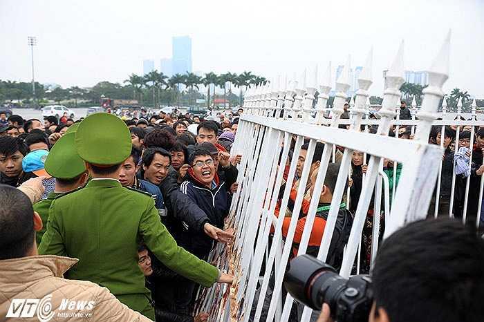 Dòng người chen lấn xô đẩy khi ban tổ chức bắt đầu bán vé xem trận bán kết AFF Cup 2014. (Ảnh: Việt Linh)