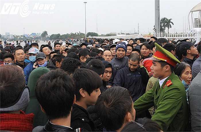 Lực lượng công an cố gắng lập lại trật tự để đảm bảo quá trình bán vé công bằng, an toàn và nhanh chóng. (Ảnh: Việt Linh)