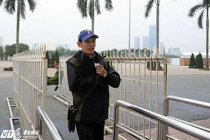 Anh Cao Xuân Thu (Mĩ Đình - Hà Nội) sau nhiều giờ xếp hàng đã là người đầu tiên được mua vé trận bán kết lượt về AFF Cup giữa Việt Nam và Malaysia.(Ảnh: Việt Linh)