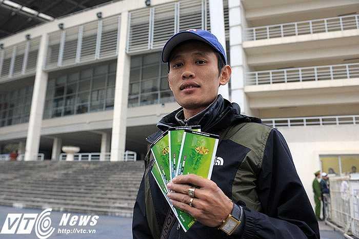 Anh mua 2 cặp vé khán đài D và chia sẻ: Rất vui vì là người đầu tiên mua được vé trận Việt Nam - Malaysia. Tôi sẽ cổ vũ hết mình cho đội tuyển VN.(Ảnh: Việt Linh)