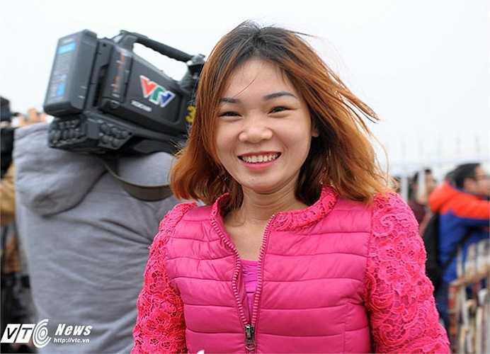 Cô gái nở nụ cười khi là một trong những người may mắn được vào mua vé. Mỗi người được mua tối đa 4 vé xem trận bán kết lượt về.(Ảnh: Việt Linh)