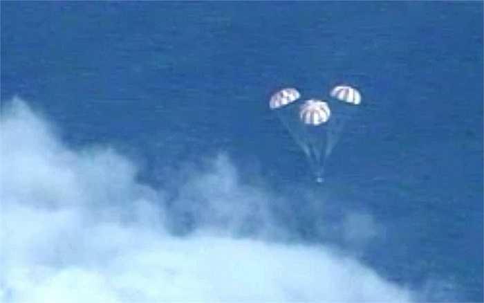 Orion hạ cánh xuống Thái Bình Dương sau chuyến bay kéo dài 4 giờ 30 phút.