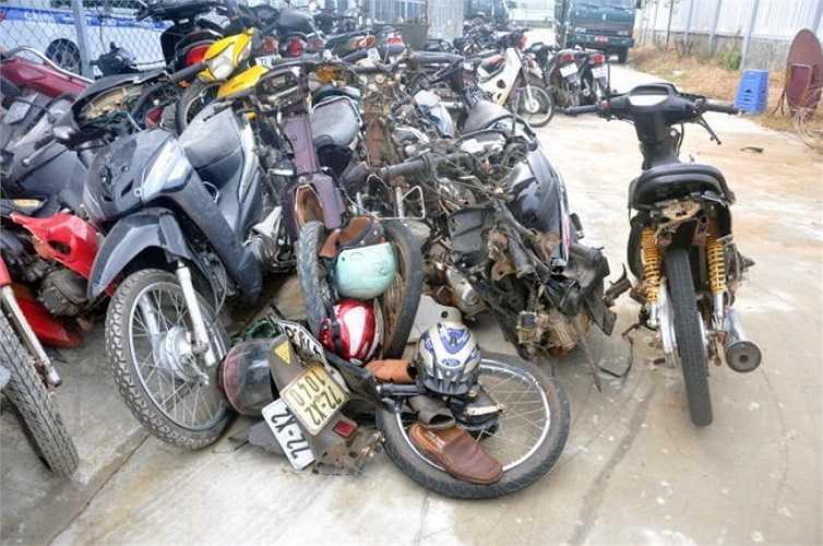 Những chiếc xe máy của các dân quân cũng bị hư hỏng gần như nát bét - Ảnh: Đông Hà