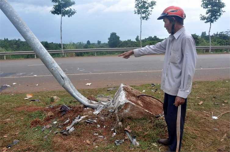 Xe gây tai nạn đã đâm xiêu cột đèn đường sau khi đâm vào dân quân, dân phòng đang phối hợp chốt trực - Ảnh: Đông Hà