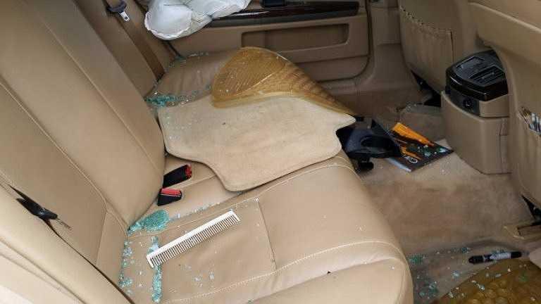 Dãy ghế sau của xe cũng tan hoang với kính vỡ, đồ đạc lung tung - Ảnh: Đông Hà
