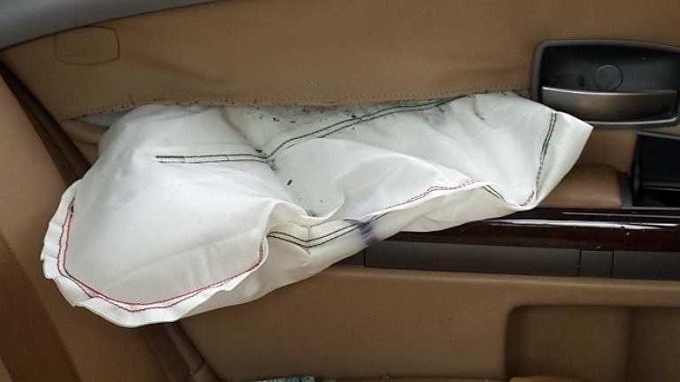 Túi khí bên hông xe BMW bung ra sau khi gây tai nạn và bị lật - Ảnh: Đông Hà