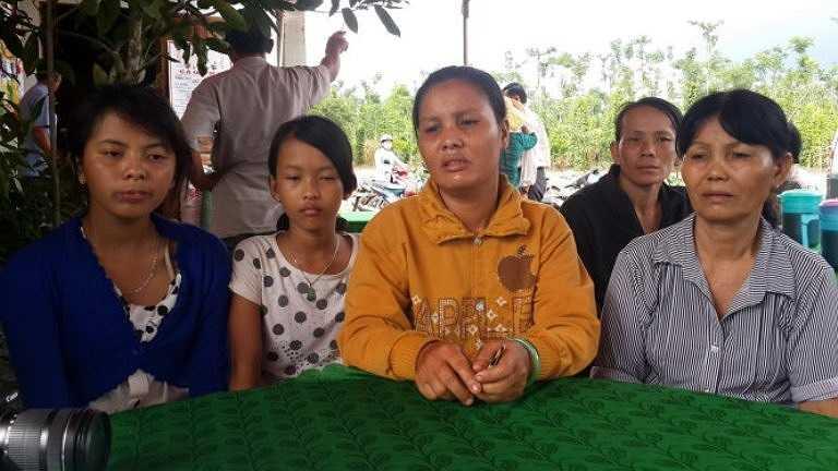 Hai con và vợ của anh Võ Xuân Đồng trong ngày mất cha, mất chồng - Ảnh: Đông Hà