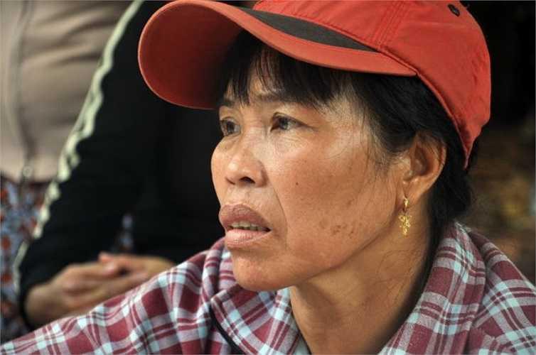 Chị Trần Thị Hoa, vợ anh Hồ Xuân Thu - một nạn nhân trong vụ tai nạn giao thông - Ảnh: Đông Hà