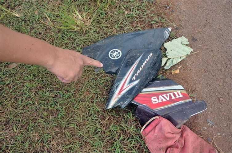 Những mảnh vỡ xe máy của các dân phòng, dân quân sót lại tại hiện trường - Ảnh: Đông Hà