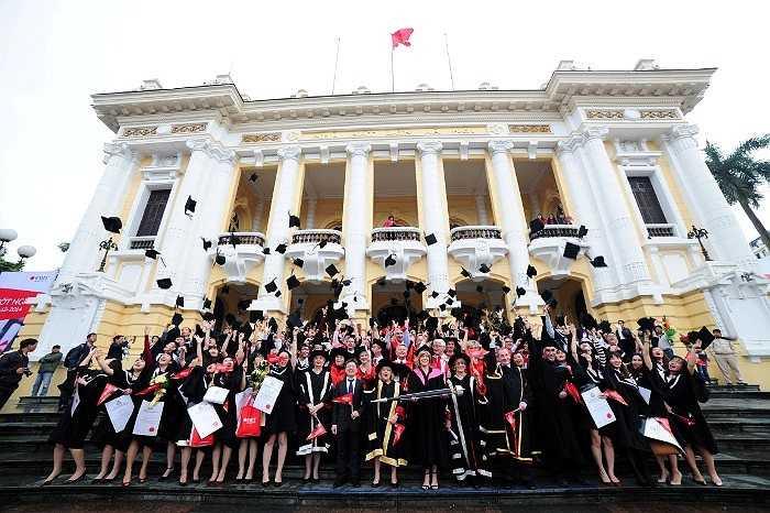Sinh viên ĐH RMIT vui mừng trong lễ tốt nghiệp