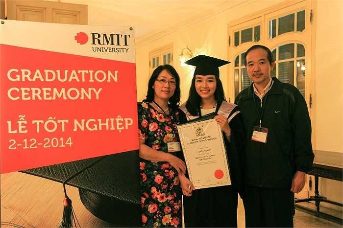 Cô bạn này chia sẻ niềm vui trong ngày tốt nghiệp với các thành viên trong gia đình