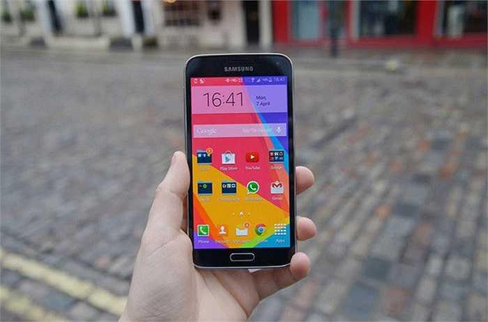 Samsung Galaxy S5    Từ 12 triệu đồng, Samsung Galaxy S5 đã hạ giá còn 10 triệu trong tuần qua. Đây được xem là mức giá không thể tốt hơn cho một sản phẩm cao cấp, hội tụ những cải tiến mới nhất của Samsung như khả năng chống nước, camera lấy nét lai, cảm biến đo nhịp tim... Cấu hình của model này cũng nằm trong top các smartphone 'khủng' nhất hiện nay, với màn hình 5,1 inch Full HD, chip xử lý Exynos 5420 8 nhân, RAM 2 GB và camera 16 megapixel.