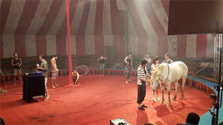 Trong một cảnh quay tái hiện lại cảnh rạp xiếc, Ngô Thanh Vân đã bỏ ra nhiều tỷ đồng để xây dựng một rạp xiếc hoàn toàn mới cũng như chuẩn bị trang phục, đạo cụ cho các cảnh quay của phim.