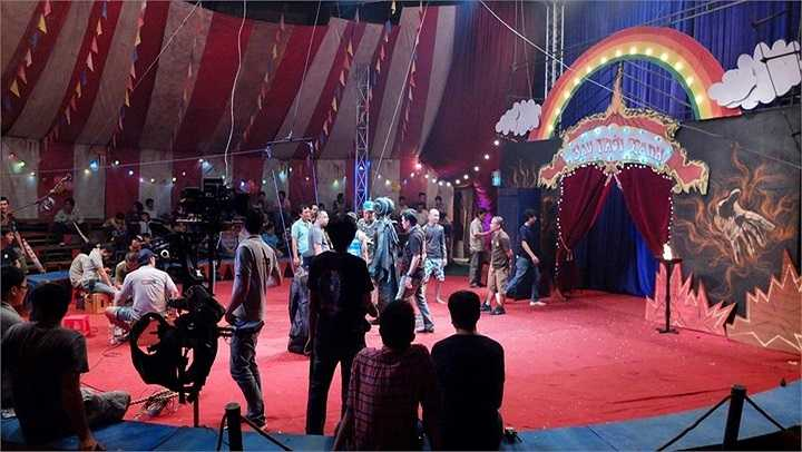 Ngoài ra, phim còn có một số cảnh hành động mạnh, sẽ gây hư hỏng nặng cho rạp xiếc sau khi quay nên đoàn phim đã quyết định xây dựng một rạp xiếc với đầy đủ trang thiết bị theo đúng tiêu chuẩn một rạp xiếc thật