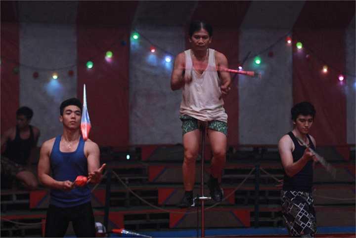 Ngoài ra, để có thể thực hiện được các động tác xiếc khó, một đội ngũ các diễn viên xiếc thực sự đã đến trường quay để hướng dẫn cho các diễn viên trong phim.