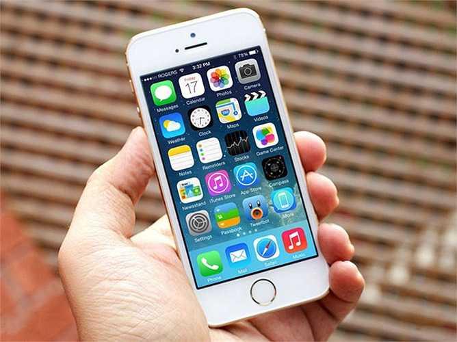 1. Apple iPhone 5S    Sau khi iPhone 6 lên kệ tại Việt Nam, doanh số iPhone 5S xách tay tăng mạnh sau một thời gian bình lặng. Theo các chủ cửa hàng, model này 'nóng' trong cả năm 2014 và chỉ chững lại trong khoảng thời gian trước khi có iPhone 6 xách tay. Hiện tại, iPhone 5S xách tay hiện được bán với giá 12,6 triệu đồng cho bản 16 GB.