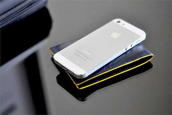 2. Apple iPhone 5    iPhone 6 xuất hiện, iPhone 5S hạ giá vô tình đẩy giá bán iPhone 5 tiếp tục hạ xuống mức 7 triệu đồng. Vì Apple đã ngưng sản xuất model này kể từ khi ra mắt iPhone 5C và 5S, nên iPhone 5 trên thị trường hiện nay hầu hết đều là hàng 'dựng' đã được 'mông má' lại vẻ ngoài như mới để bán cho khách.