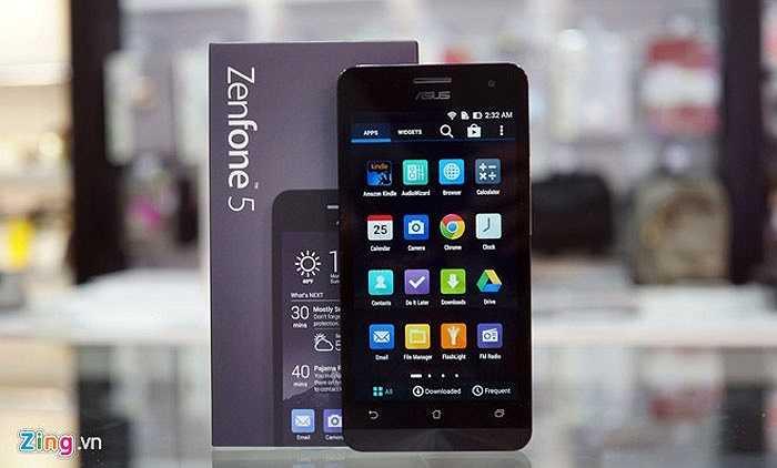 3. Asus Zenfone 5    Nếu như Zenfone 4 'gây bão' ở sân chơi chính hãng thì Zenfone 5 tại Việt Nam lại 'nóng' hơn trên thị trường hàng xách tay. Vì có các phiên bản khác cấu hình và giá tốt hơn so với hàng chính hãng, Zenfone 5 luôn nằm trong top những sản phẩm bán chạy tại các cửa hàng ở TP.HCM và Hà Nội.