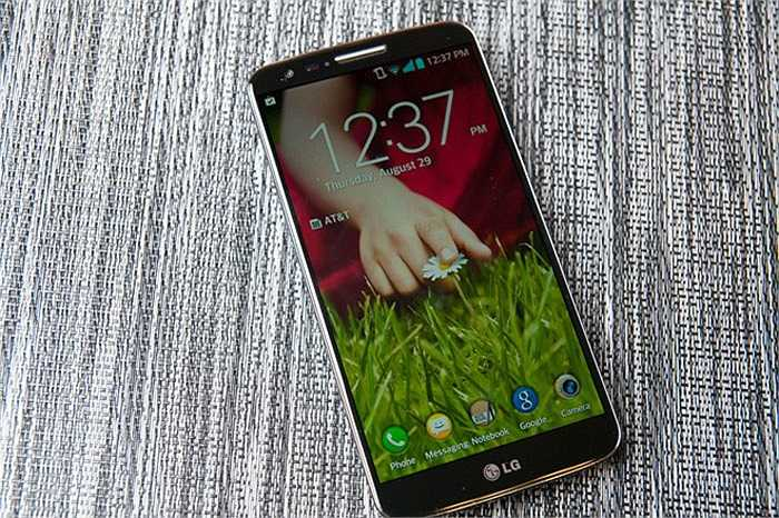 4. LG G2 Docomo    Thời điểm giữa năm 2014 chứng kiến một cơn sốt mang tên LG G2 Docomo tại Việt Nam. Với giá chỉ 6 triệu đồng, người dùng đã có thể sở hữu một mẫu smartphone cao cấp có màn hình tốt, cấu hình mạnh và kiểu dáng đẹp.