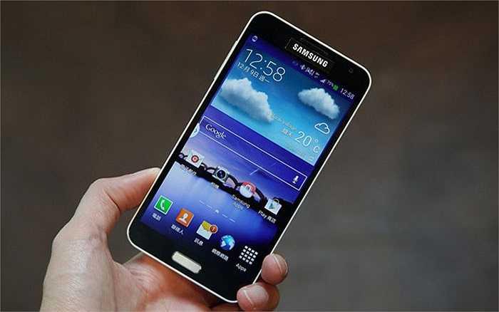 5. Samsung Galaxy J    Ngay sau LG G2 Docomo, Galaxy J là cái tên gây sốt tại Việt Nam trong quý III năm nay. Mang cấu hình của Galaxy Note 3 nhưng lại có thiết kế trẻ trung độc đáo, Galaxy J được nhiều người chọn mua vì có sự khác biệt. Model này cũng được bán với giá từ 5,5 triệu đồng (hàng đã qua sử dụng) và tầm 7 triệu đồng (máy mới).