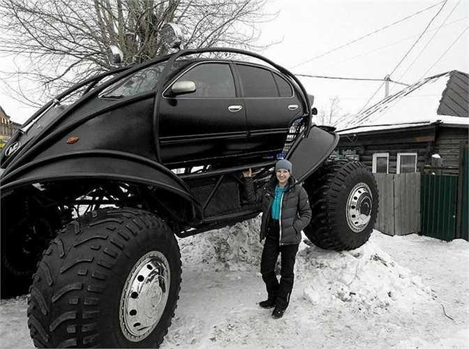 Đi lại trên tuyết mùa đông ở Nga luôn là thử thách cho những chiếc xe hơi đủ loại. Mặc dù ô tô đều phải dùng loại lốp mùa đông nhưng độ dàn lốp theo kiểu này thì hơi hiếm.