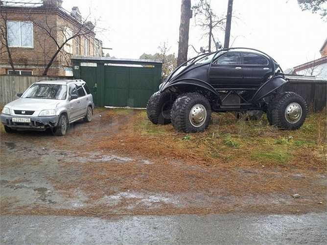 Anh chàng người Nga cho biết đã sử dụng phần mềm mô phỏng 3D trên máy tính để thiết kế hình dáng bên ngoài và các đặc điểm hệ thống treo chiếc xe của anh.