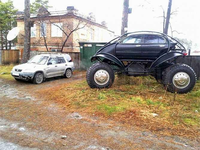 Vấn đề phức tạp nhất của chiếc xe là chế riêng bộ giảm xóc để treo chiếc xe trên 4 bánh lớn, đủ độ cứng nhưng linh hoạt khi vận hành. Chuyện lên xuống chiếc xe cũng có chút ít rắc rối, nhất là xuống xe như xuống cầu thang.