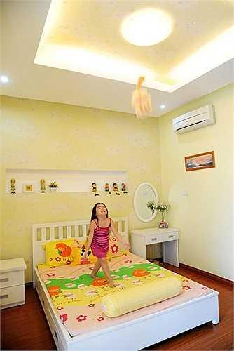 Trong khi đó, cô con gái út của Quyền Linh - bé Hạt Dẻ - lại thích trang trí phòng bằng mầu vàng.