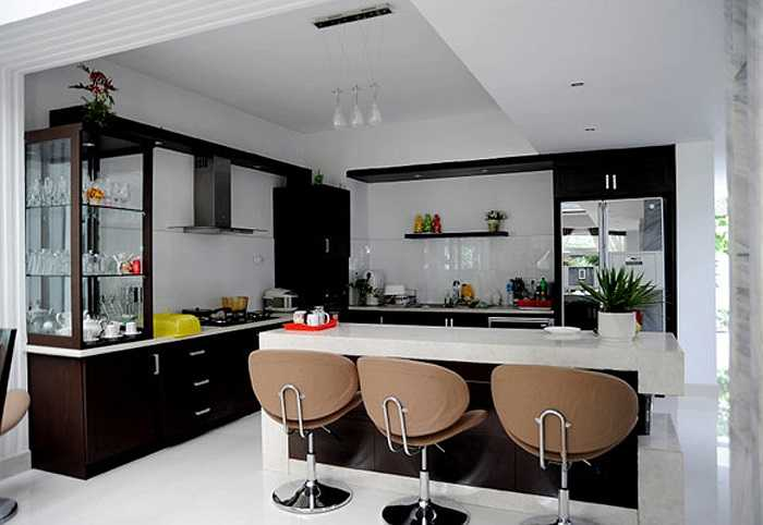 Phòng bếp với hai màu chủ đạo là trắng đen.