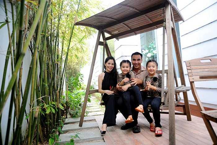 Quyền Linh và vợ con hạnh phúc trong ngôi biệt thự sang trọng và tiện nghi.