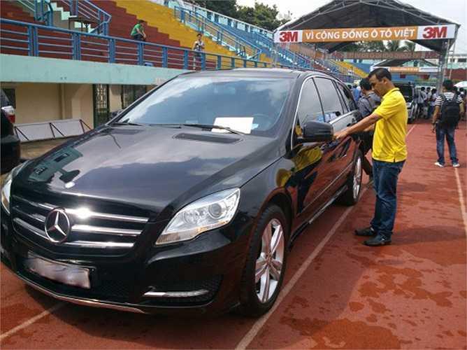 Phương tiện đi lại của Quyền Linh là chiếc Mercedes màu đen.