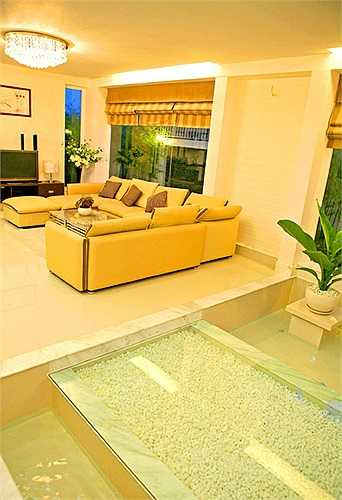 Phòng khách rộng rãi và thoáng đáng với bộ sofa đắt tiền.