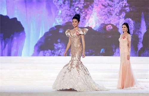 Khi 16 tuổi, người đẹp sang Trung Quốc, tham dự cuộc thi Siêu mẫu châu Á 2011 và lọt top 5 cũng như giành giải thưởng Người mẫu ăn ảnh nhất.